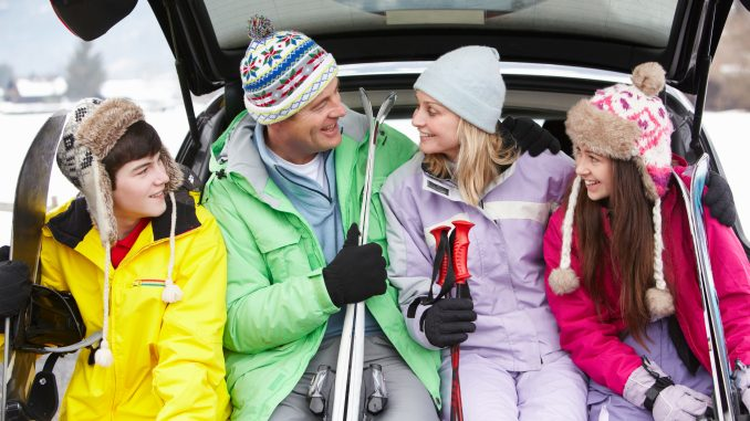 Skifamilie sidder i bagagerum