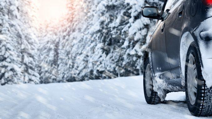 Bil kører i sneen